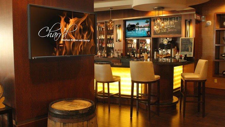 Publicidad en pantallas en un bar